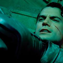 Superman a punto de morir a manos de Batman.