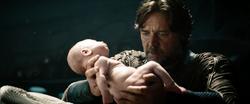 Jor-El sostiene a Kal-El en sus brazos