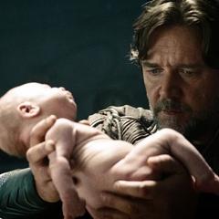 Jor-El sostiene a Kal-El en sus brazos.
