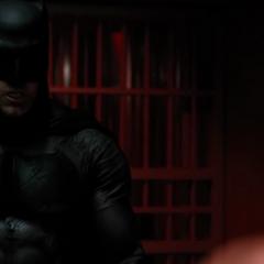 Batman acercándose a Luthor.