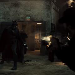 Batman le lanza a un delincuente su Batarang.