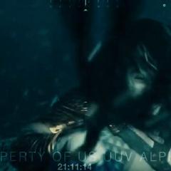 Aquaman golpea la cámara con su tridente.