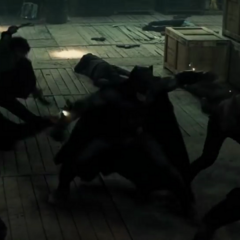 Batman confrontando a múltilples criminales a la vez.