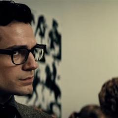 Clark escuchando los mensajes del comunicador de Bruce.