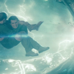 Superman llevándose a Lois lejos del portal.