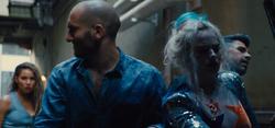 Dinah ve a Harley siendo secuestrada