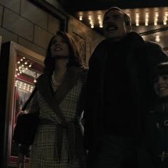 Bruce sale del Teatro Monarch con sus padres.