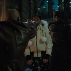 Batman viendo a Zoe detener a Deadshot.