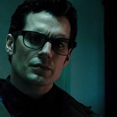 Clark es advertido por el anciano sobre Batman.