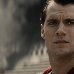 Superman luego de ayudar a algunos heridos.