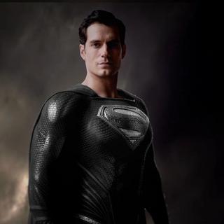 Clark como Superman viste su traje negro.