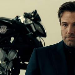 Bruce recibiendo los mensajes de Alfred durante la conversación.
