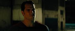 Superman amenazando a Batman