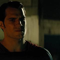 Superman amenazando a Batman.