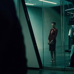 Diana tras robarle su dispositivo a Bruce.