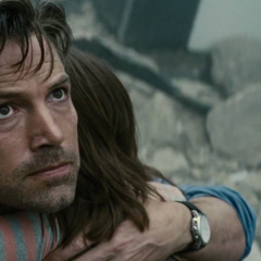 Bruce consolando a una niña mientras ve pelear a Superman y a Zod.