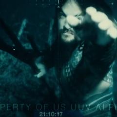 Aquaman alistándose para golpear la cámara.