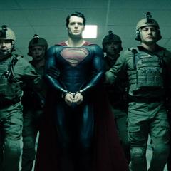 Clark se entrega a los militares.