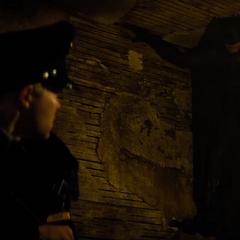 Batman es descubierto por un policía.