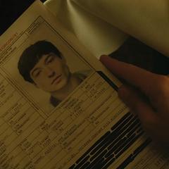 Bruce revisando los documentos.