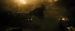 Superman salva civil de edificio