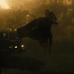 Superma salvando civiles de un incendio.