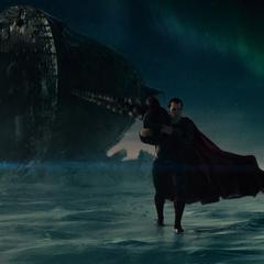 Superman sacando un barco hundido.