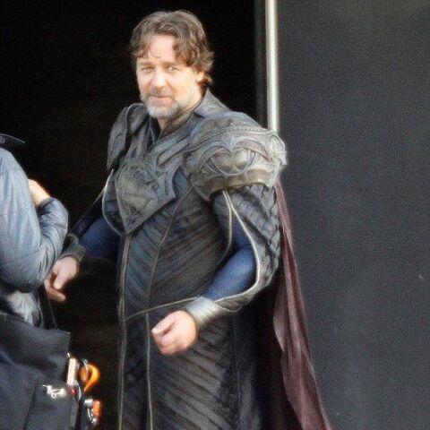 Russell Crowe on set in costume as Jor-El.