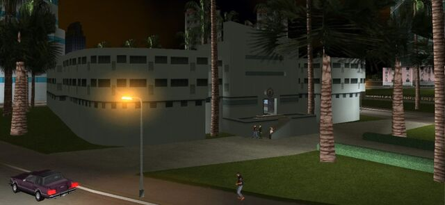 Datei:830px-VCPDstation-GTAVC-WashingtonBeach-exterior.jpg