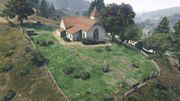 Ländliche Kirche mit Friedhof