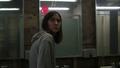 1x04 Drew Reeves miroir ballon rouge salle de bains