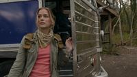 1x01 Amy Hughes arrivée descente marches avant bus découverte Camp Stillwater