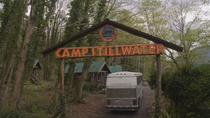 1x01 Camp Stillwater entrée arche arrivée bus anciens campeurs