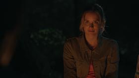 1x01 Amy Hughes écoute histoire Joel Goodson feu de camp