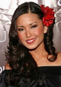 Lauren-Shiohama-Curly-Hairstyle-With-Flowers