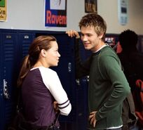 Haley-Et-Lucas-Dans-Un-Couloir-Du-Lycee