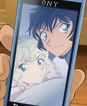 Sera y la niña misteriosa juntas en el phone