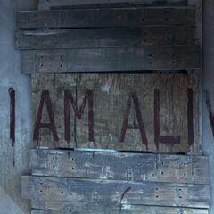 I AM ALIVE-Schriftzug im Wohnzimmer
