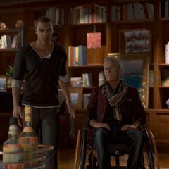 Carl und Markus vor den Bücherregalen