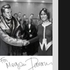 Юная Меган Рид пожимает руку <a href=