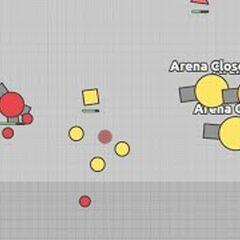 Arena Closer cũ tấn công tank Tri-Angle.
