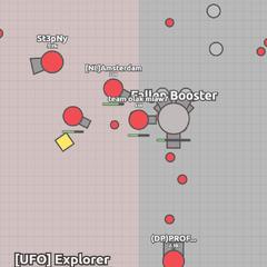 <b>Fallen booster</b> siendo atacado por tanques (jugadores) rojos.