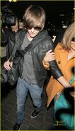 Zac-efron-lands-lax-18