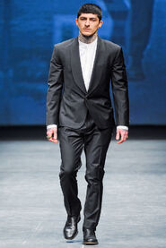 FW12-Milan-Mens-Black-Gold-catwalk-31
