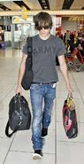 Zac-efron-heathrow-diesel-jeans-1