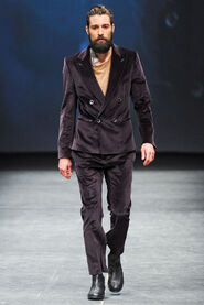 FW12-Milan-Mens-Black-Gold-catwalk-15
