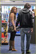 Miley-justin-best-buy-03