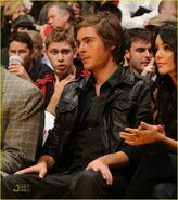 Zac-efron-lakers-love-10
