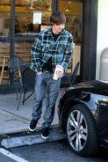 79721 Zac Efron at Robek Juice in Hollywood CU ISA 08 122 94