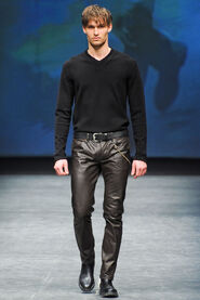 FW12-Milan-Mens-Black-Gold-catwalk-09